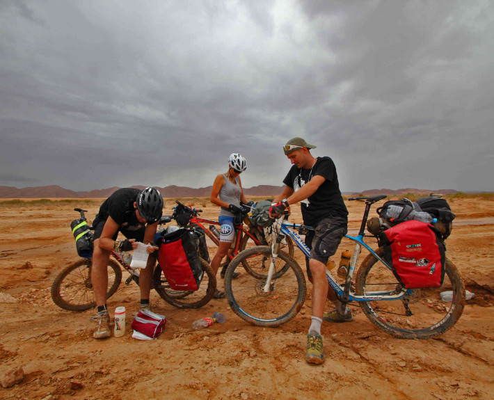 Uzupełnianie cukru. Droga do Hi Ouzina, a raczej brak drogi do Hi Ouzina (fot. united-cyclists.com)