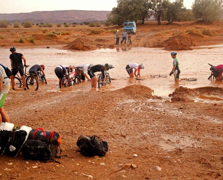 Ponowne usuwanie lepkiego szlamu – Oued Touz (fot. united-cyclists.com)