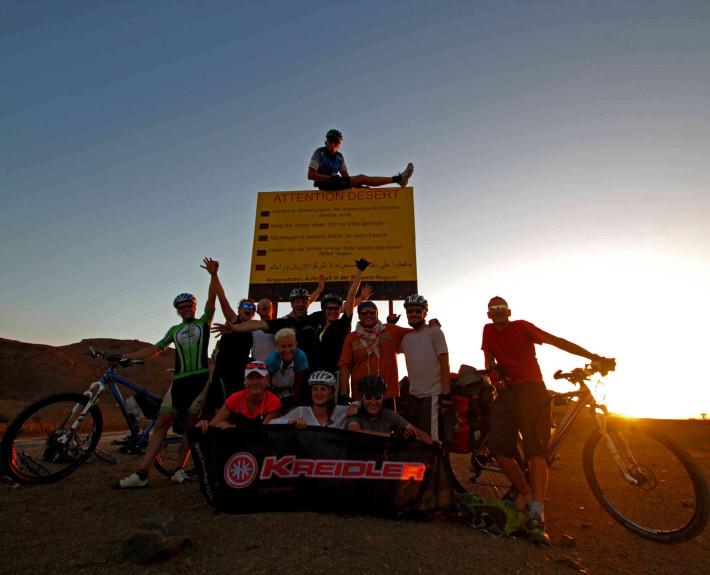 Tablice postawione przez polskich geomorfologów z Krakowa. Tutaj żarty się kończą, jesteśmy na otwartej Saharze (fot. united-cyclists.com)